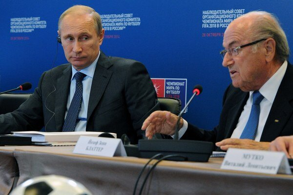 Ťažko povedať, či šéf FIFA Sepp Blatter (vpravo) svoje rozhodnutie o pridelení MS 2018 Rusku medzičasom neoľutoval.