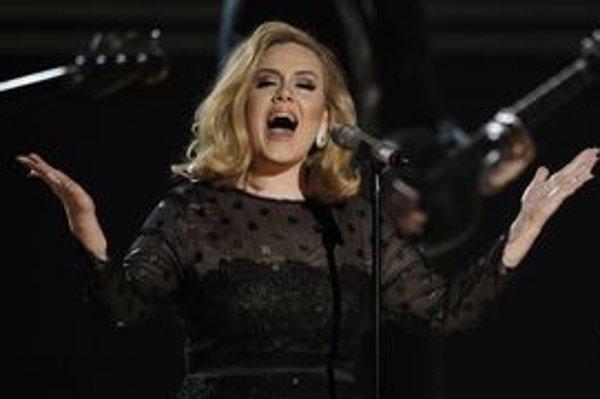 Adele spievala na Grammy naživo po dlhej pauze spôsobenej zdravotnými problémami s hlasom.