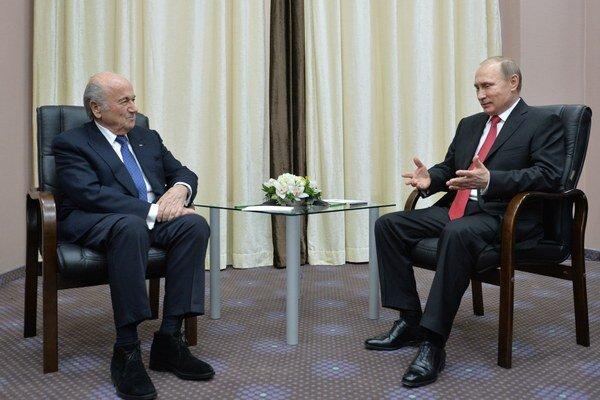 Sepp Blatter (vľavo) sa rozpráva s ruským prezidentom Vladimirom Putinom.