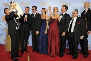 Víťazný tím, ktorý vytvoril film The Artist. Producent Thomas Langmann dvíha psíka, ktorý si tiež zahral jednu postavu, vedľa stoja herec Jean Dujardin, režisér Michel Hazanavicius a herečka Bérénice Bejo.