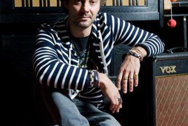 Tomáš Sloboda (1975)Spevák, skladateľ, multiinštrumentalista a hudobný producent. Pochádza z Bratislavy. Vyštudoval herectvo na konzervatóriu, ale venuje sa hudbe. Pôsobil v alternatívno-popovej kapele Le Payaco, ktorá v rokoch 1999 - 2005 vydala päť al