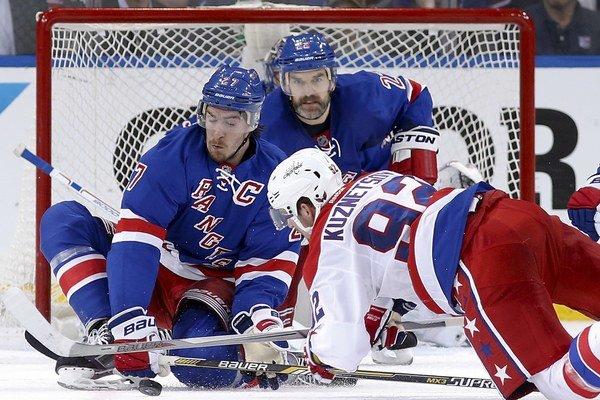 Dan Boyle (vzadu) patrí medzi skúsených obrancov v kádri Rangers.