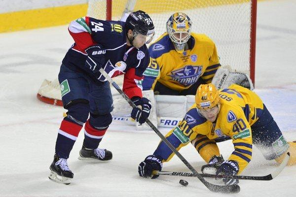 Hokejisti Atlantu Mytišči (v žltých dresoch) nastupovali v KHL aj proti Slovanu Bratislava.