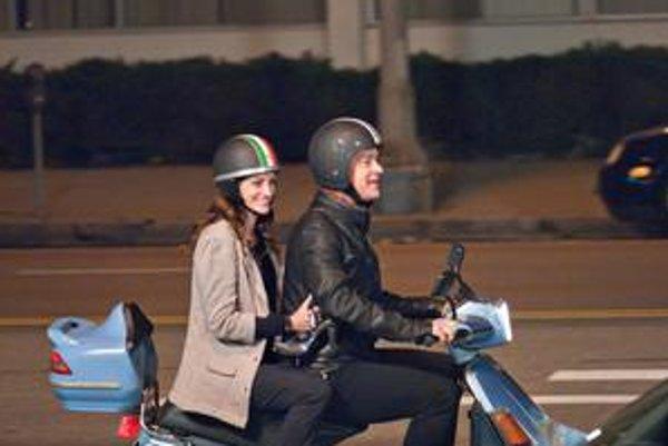 Tom Hanks  hrá vo filme Larry Crowne s Juliou Roberts, sám ho nakrútil a produkoval.