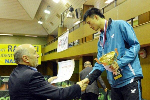 Takto si vlani Wang Jang preberal ocenenie pre majstra Slovenska v stolnom tenise.