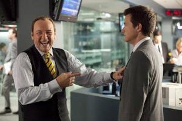 Kevin Spacey vo vedľajšej úlohe šéfa.