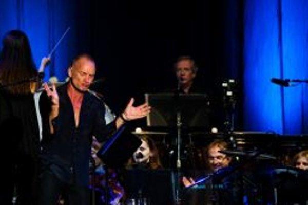 Má 59 rokov a aj keď sa miestami po boku symfonického orchestra trochu strácal, Sting v Bratislave dokázal, prečo patrí medzi najlepších.