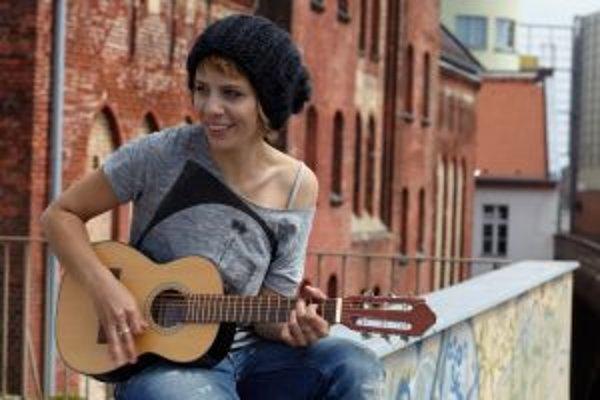 Aneta Langerová (1986), speváčka a hudobníčka. V roku 2004 sa ako sedemnásťročná stala prvou víťazkou súťaže Česko hľadá SuperStar. Odvtedy vydala tri albumy (Spousta andělů, Dotyk, Jsem). V roku 2005 sa stala patrónkou projektu Světluška - Nadačného fond