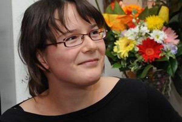 Ivana Dobrakovová sa narodila 17. 4. 1982 v Bratislave, žije v Turíne. Vyštudovala prekladateľstvo a tlmočníctvo, anglický a francúzsky jazyk na Filozofickej fakulte UK. Pracuje ako prekladateľka na voľnej nohe. Je víťazkou literárnej súťaže Poviedka 2008