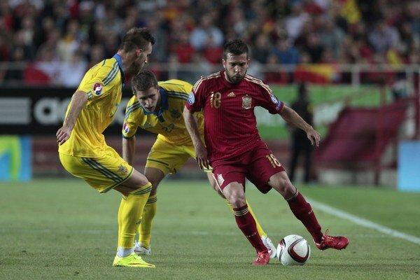 Jordi Alba sa snaží prejsť cez ukrajinských hráčov.
