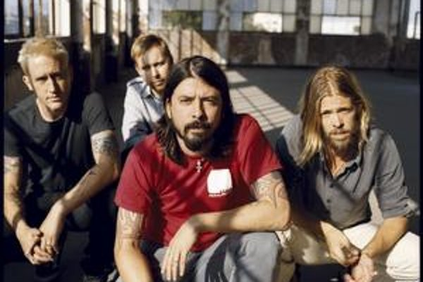 Dave Grohl (v červenom) sa najskôr preslávil ako sideman Kurta Cobaina, po jeho smrti si  založil vlastnú kapelu, s ktorou si tiež siahol na veľký úspech.
