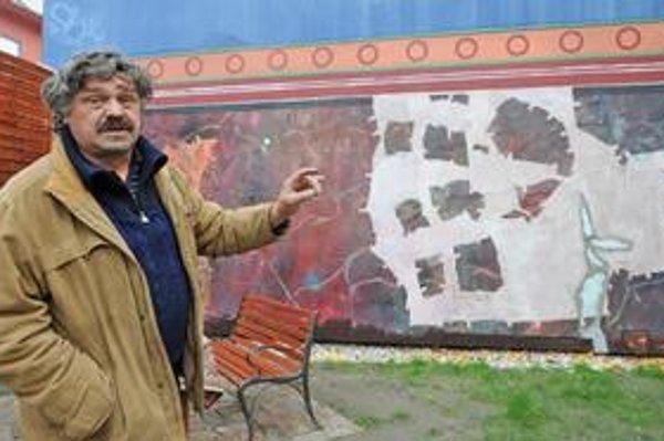 Výtvarník Fero Guldan na dvore Bisla, kde sa zrejme už tento týždeň bude konať aukcia jeho prác.