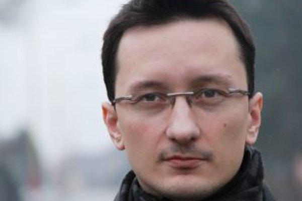 Narodil sa v roku 1980 v Ružomberku. Vyštudoval históriu a filozofiu na UMB Banská Bystrica (Katedra humanitných vied), pracoval ako historik v múzeu, redaktor regionálnej televízie, aktuálne pôsobí ako hovorca mesta a šéf oddelenia cestovného ruchu a mar
