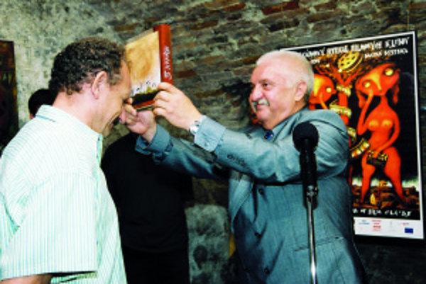 Knihu 5 scenárov (2003) pokrstil herec Marián Labuda tak, že ju jemne otrieskal jednému z autorov, Dušanovi Dušekovi, o hlavu