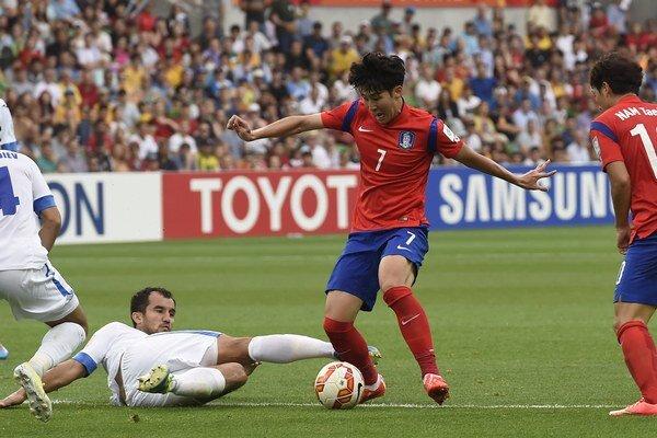Heung-min Son (s číslom 7) sa stal hlavným hrdinom štvrťfinálového zápasu Ázijského pohára medzi Kórejskou republikou a Uzbekistanom.
