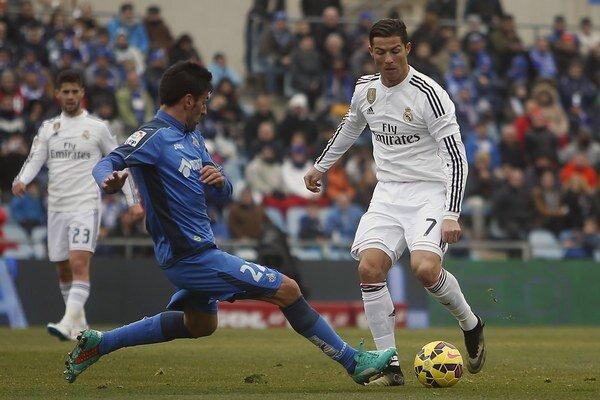 Cristiano Ronaldo (vpravo) sa rozhodol pomôcť klubu z rodného mesta.