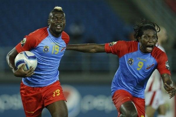 Loteteka Jeremy Bokila (vľavo) z DR Kongo oslavuje gól so spoluhráčom Diedonneim Mbokanim.