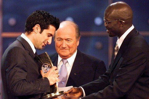 Luis Figo (vľavo) si na archívnej snímke cenu pre najlepšieho futbalistu roka 2001 od šéfa FIFA Josepha Blattera a bývalého libérijského útočníka Georgesa Weaha.