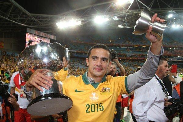 Tim Cahill oslavuje s trofejou za víťazstvo v Ázijskom pohári.