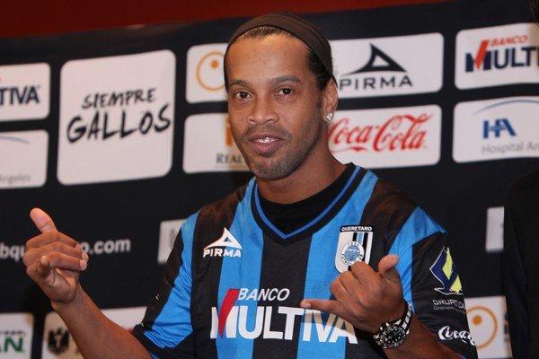 Takto pózoval Ronaldinho vlani v septembri v drese nového klubu Querétaro. V júni by sa mal sťahovať do Angoly.