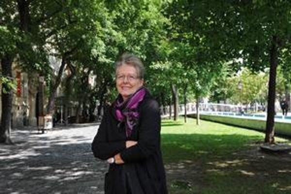 Helena Třeštíková (1949) česká dokumentaristka, pedagogička na FAMU Praha. Presadila sa ako autorka časozberných dokumentov. V roku 2007 bola ministerkou kultúry ČR. Medzi jej najznámejšie dokumenty patria Manželské etudy (1987), Manželské etudy po 20