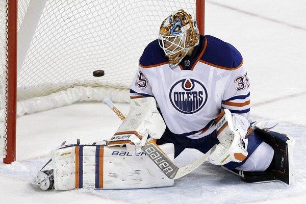 Brankár Edmontonu Viktor Fasth inkasuje v predĺžení rozhodujúci gól.