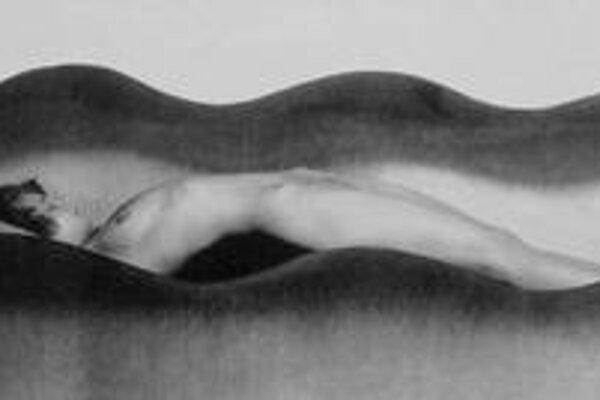 Táto fotografia má názov Vlna, je z rokov 1926 – 1927 a reprezentuje najslávnejšie obdobie Drtikolovej tvorby. Na výstave je zastúpená v sprievodnom dokumentárnom filme. Vedľajšia fotka bez názvu je z umelcovho záverečného tvorivého obdobia, ktorému je ve
