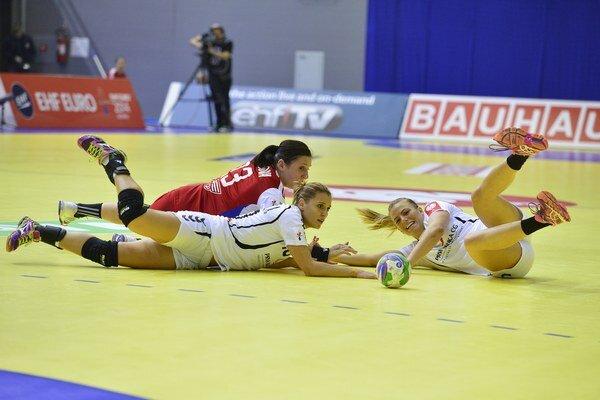 V popredí vľavo Andjel Bulatovičová, vpravo Andrea Klikovačová (obe MNE) a v pozadí Katarína Dubajová (SVK) v stretnutí skupiny D na ME v hádzanej žien Slovensko - Čierna Hora (MNE).
