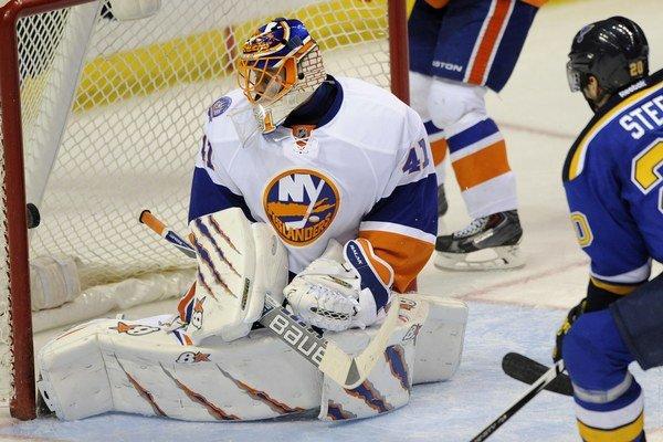 Jaroslav Halák sa obzerá, ako za jeho chrbát smeruje puk z hokejky útočníka St. Louis Alexandra Steena.