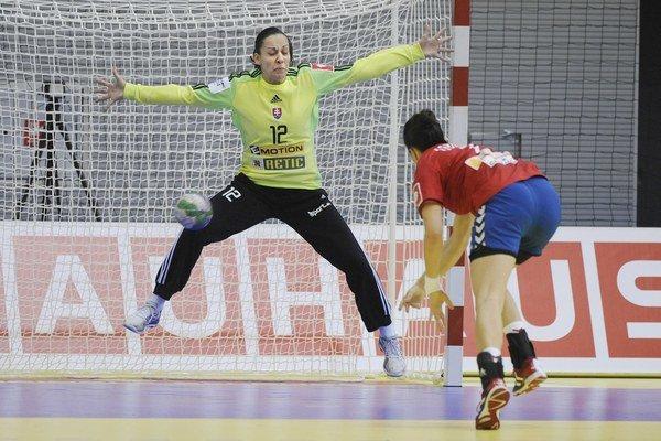 Lucia Gubiková chytá trestný hod Andrei Lekičovej. V zápase ich Srbky nepremenili dokopy päť.