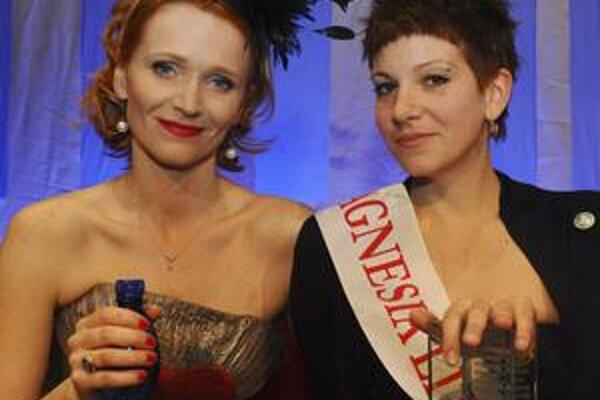 Moderátorka večera Magnesia Litera Aňa Geislerová s autorkou českej knihy roka Petrou Soukupovou.