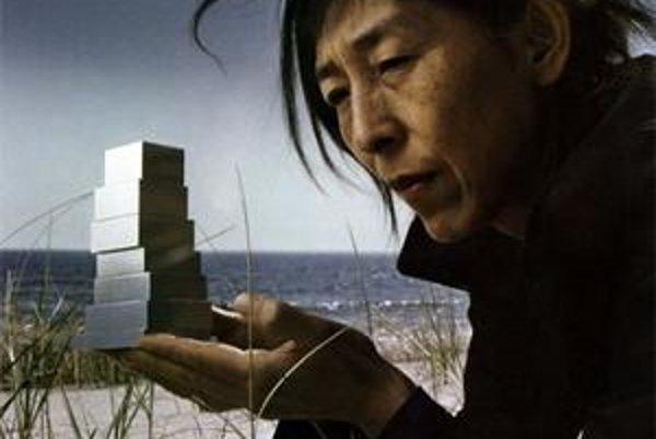 Kazujo Sedžimová s modelom budovy newyorského múzea súčasného umenia.