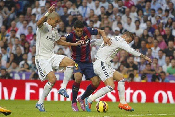 Suárez (v strede) prihral na jediný gól Barcelony.