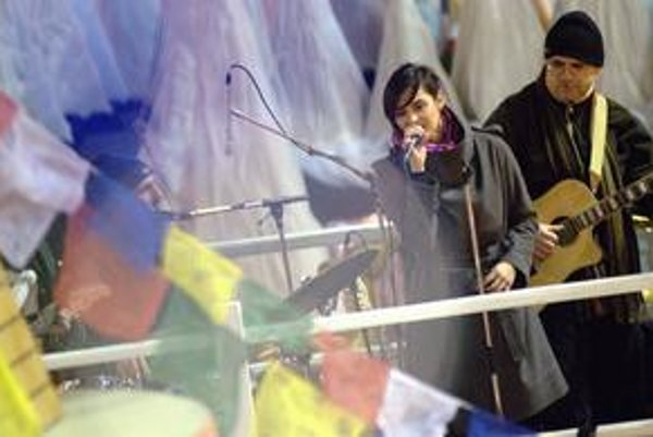 Jana Kirschner si starostlivo vyberá, kde bude koncertovať. Teraz hrala na streche kláštora.