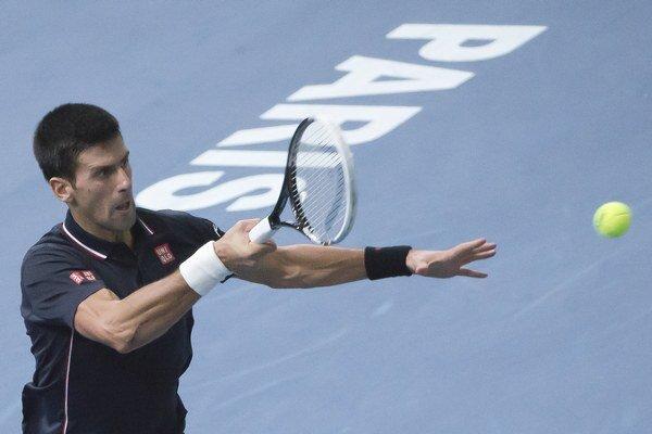 Srbský tenista Novak Djokovič (na snímke) odvracia loptičku Kanaďanovi Milošovi Raoničovi vo finále.