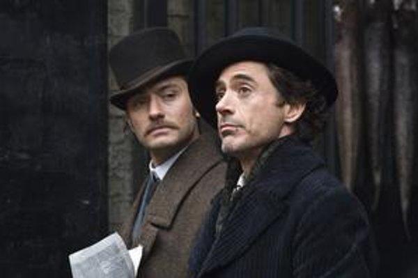 Jude Law (Dr. Watson) a Robert Downey jr. (Sherlock Holmes).