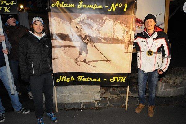 Reprezentanti na ZOH v Soči Adam Žampa (vpravo) a jeho brat Andreas pózujú počas príchodu domov v Starom Smokovci 25. februára 2014.