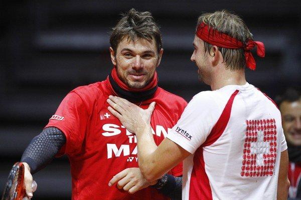 Švajčiarsky tenista Stanislas Wawrinka (vľavo) a jeho spoluhráč Michael Lammer počas tréningu v Lille pred finále Davisovho pohára proti Francúzsku.