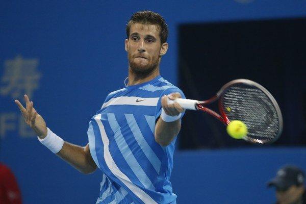 Martin Kližan odvracia úder Španiela Rafaela Nadala vo štvrťfinále dvojhry na turnaji ATP v Pekingu 3. októbra 2014. Kližan zdolal nasadenú dvojku 6:7 (7), 6:4, 6:3.