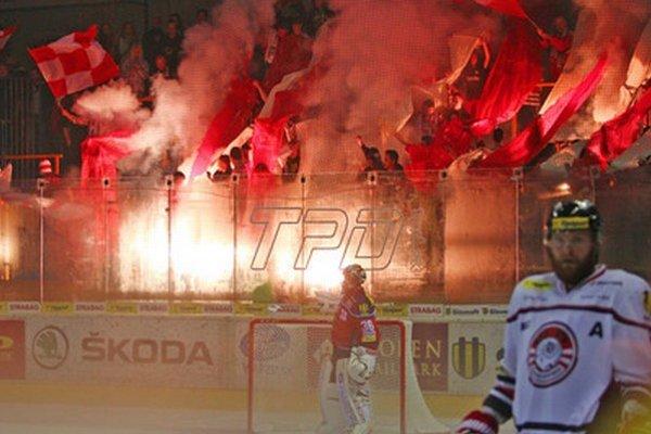 Vo Zvolene na hokeji lietali svetlice.