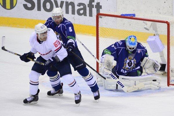 Na snímke sprava brankár Alexej Murygin, Denis Ježov (obaja Amur) a Patrick White (Slovan) v prípravnom stretnutí v Bratislave.
