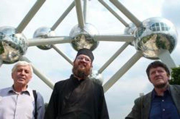 Starosta Osadného Ladislav Mikuláško (zľava), pravoslávny kňaz Peter Soroka a rusínsky aktivista Fedor Vico prichádzajú rokovať do Bruselu.