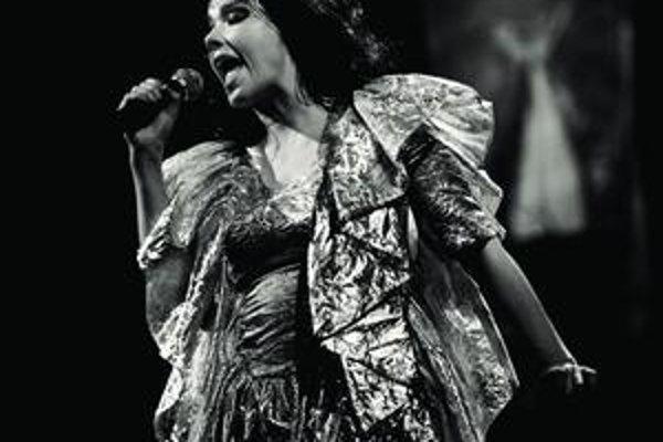 Čiernobiela je iba táto fotografia, hudba aj kostýmy Björk sú stále pestrofarebné.