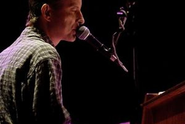 Filip Topol (1965), skladateľ, textár, spevák, klavirista, básnik i prozaik, líder skupiny Psí vojáci. Komponuje aj divadelnú a filmovú hudbu. Je synom dramatika Josefa Topola a bratom spisovateľa Jáchyma Topola.