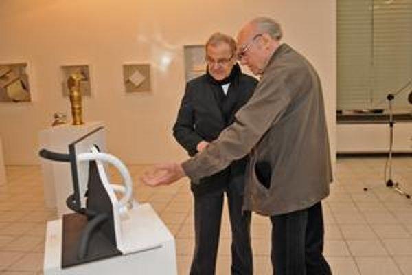 Juraj Bartusz (vľavo) v spoločnosti Rudolfa Filu na vernisáži svojej výstavy v Galérii Z.