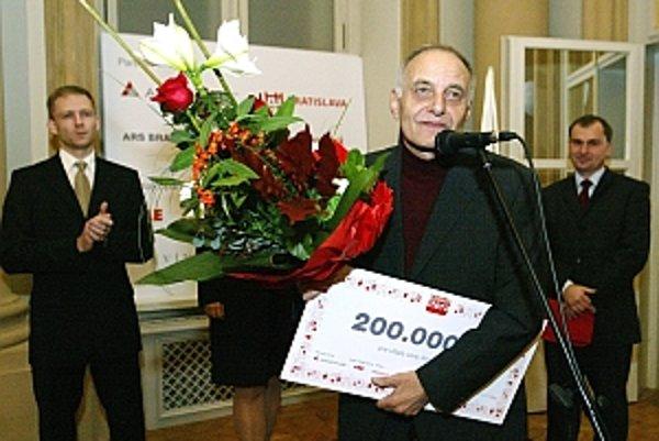 Pavol Vilikovský pri preberaní ceny Anasoft litera.
