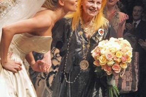 Simona Krainová blahoželá Vivienne Westwoodovej v Starej tržnici v Bratislave.