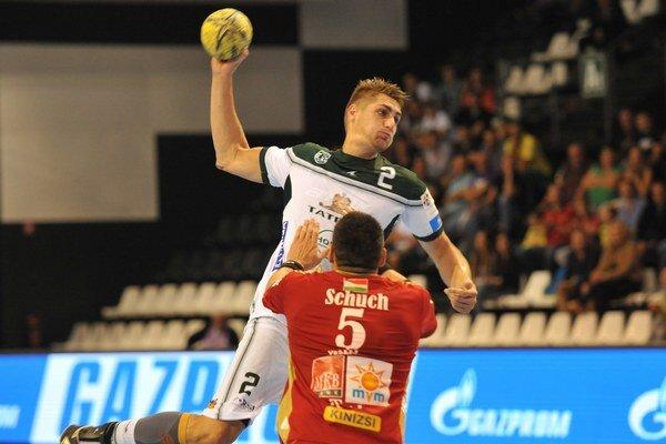 Prešovčan Oliver Rábek strieľa na bránku maďarského tímu.