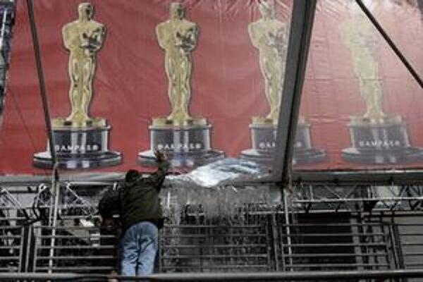 Organizátorom 81. ročníka Oscarov na chvíľu skomplikoval prípravy aj prudký lejak.