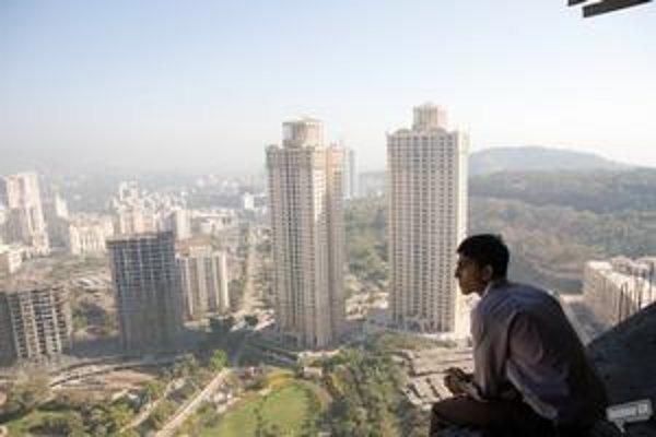 Dev Patel ako nadaný Ind vo filme Slumdog Millionaire.